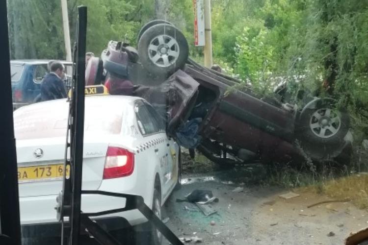 В Балакове из-за столкновения с такси перевернулась Нива