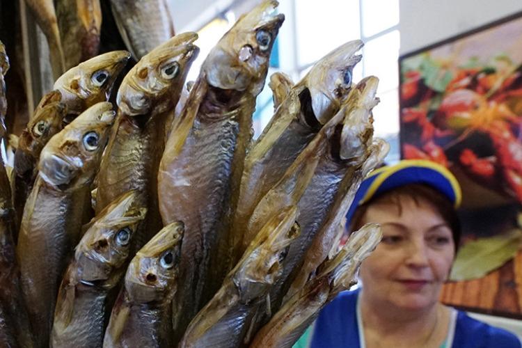 В Балакове на 4 улицах незаконно продавали сушенную рыбу и очки