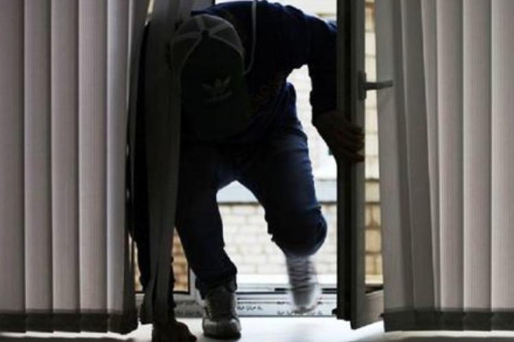 Несовершеннолетняя пара проникала в чужие дома и складировала украденное у девушки дома