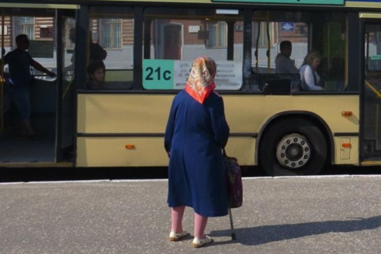 Женщина потеряла на остановке карту и лишилась 6,5 тысяч рублей