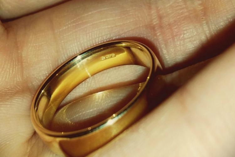 Зашла в гости к подруге и украла у нее золотые кольца