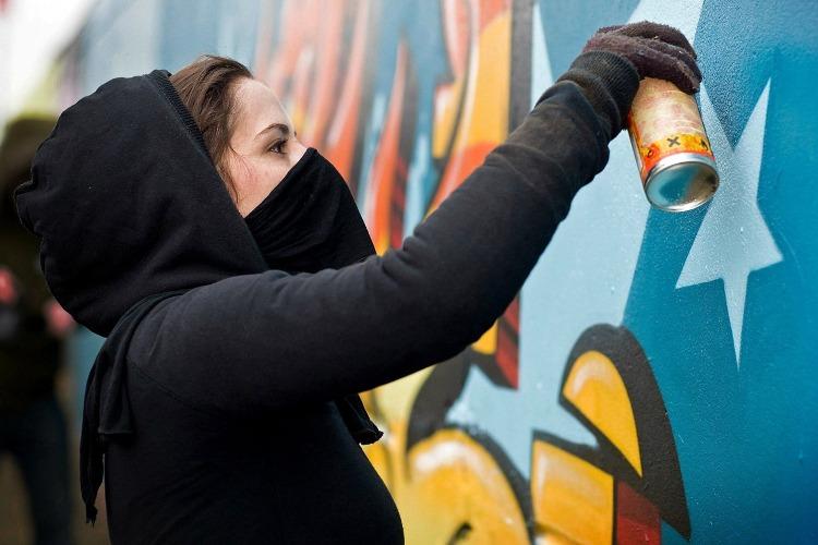 Дохвасталась граффити в соцсетях. В Балакове ищут девушку с баллоном