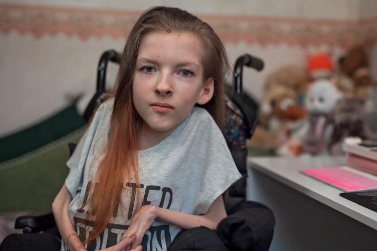 Чтобы выжить, девушка со спинальной мышечной атрофией разрабатывает сайты. Видео