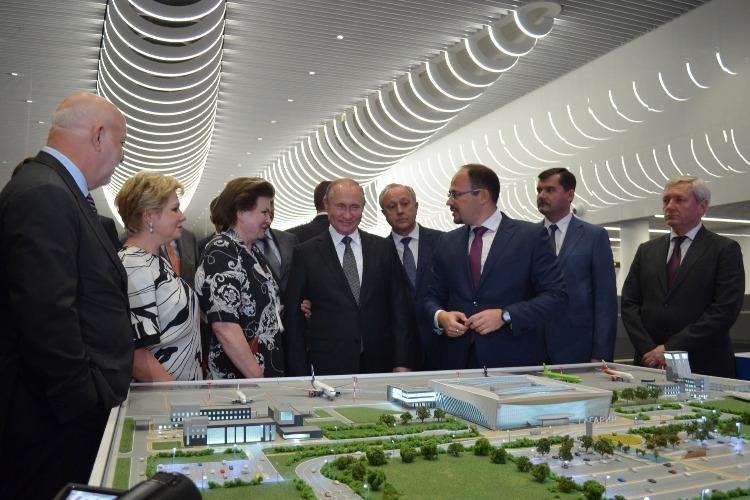 """Вечерний визит в новый аэропорт Саратова. Путин вспомнил свою резолюцию """"Поддержать"""""""