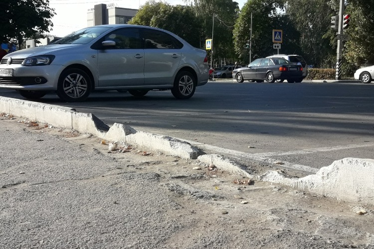 Власти Балакова разбираются, кто разрушил новый бордюр на ул. Факел Социализма