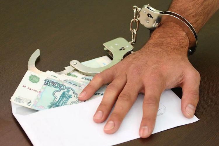 Иностранец был задержан за взятку при незаконной перевозке людей