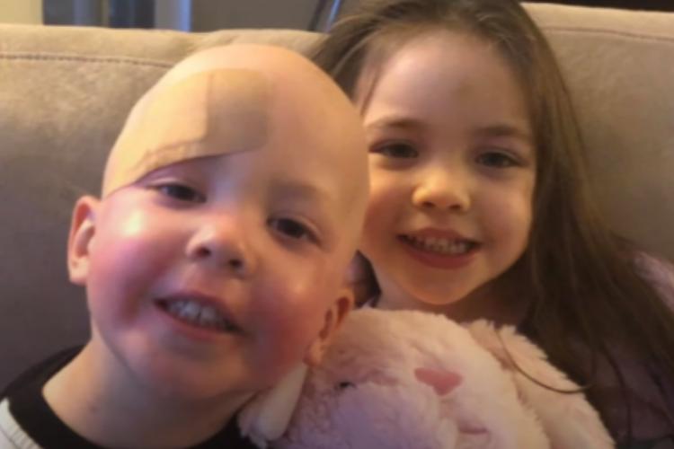 Сестренка не отходит от младшего брата больного раком крови. Видео