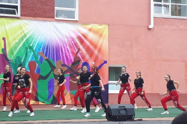 У дворца культуры соревновались лучшие студенческие танцевальные коллективы