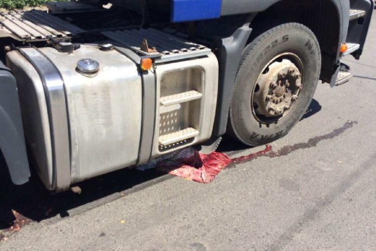Шел по краю проезжей части и попал под грузовик