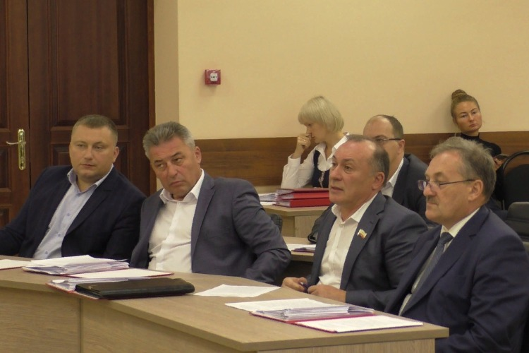 Нам что, писать на сайт Сути? Депутаты обвинили Эмиля Мамедова в исчезновении денег на благоустройство