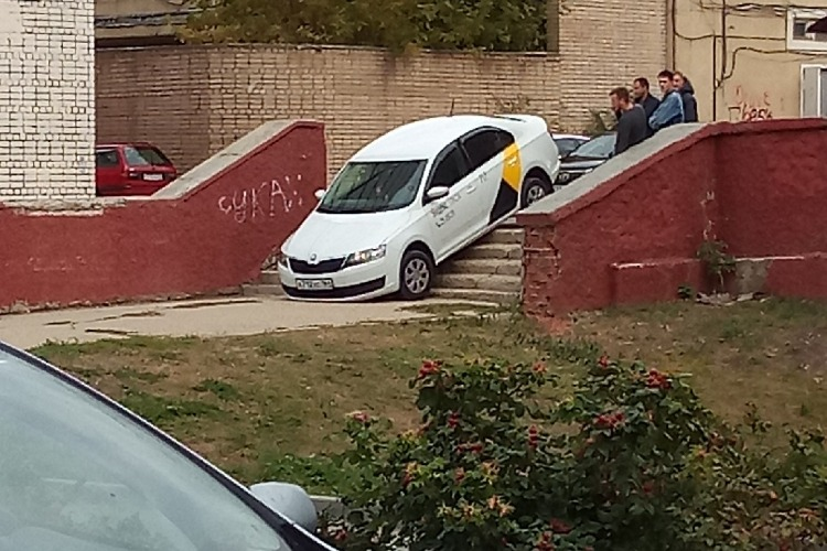 Автомобиль такси застрял на лестнице