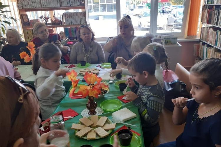Малыши поздравили бабушек и дедушек с Днем пожилого человека
