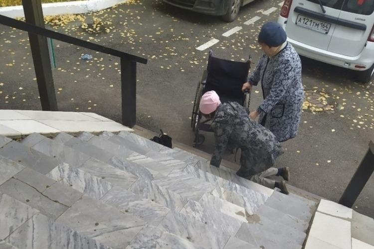 Женщина ползла на коленях по ступенькам больницы до инвалидного кресла