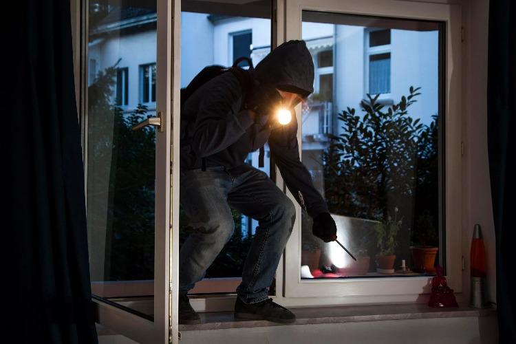Вора, пытавшегося влезть в дом, нашли спустя 2,5 месяца