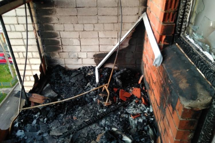 Горящий балкон тушили 10 пожарных