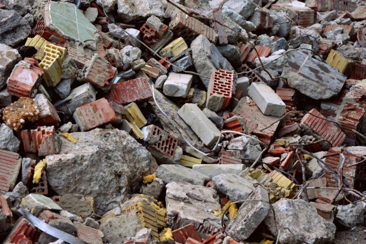 Глава Балакова отреагировал на свалку отходов у стоматологической поликлиники. А что нам делать со строительным мусором?
