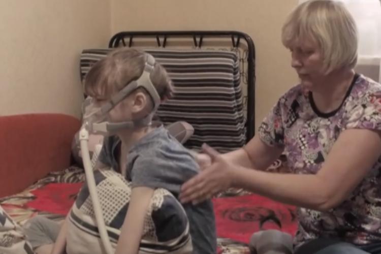 Девушка из-за тяжелой болезни не может дышать самостоятельно. Видео