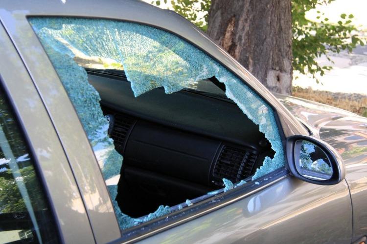 Вскрыли чужой автомобиль и вынесли аккумулятор