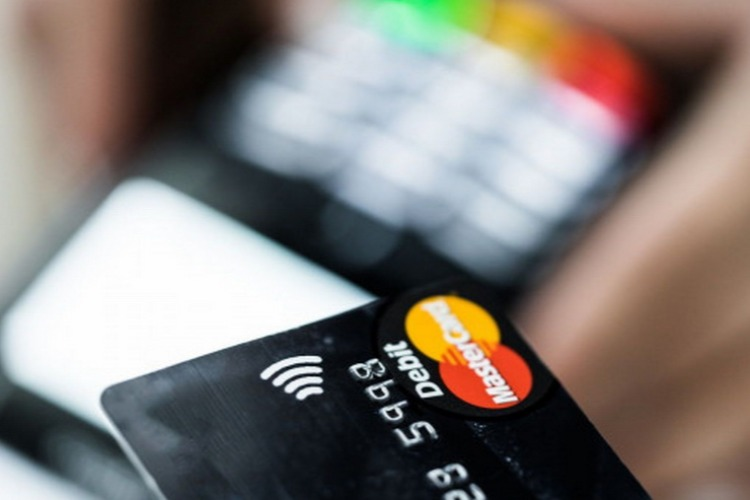 Найденная банковская карта обернулась для женщины судимостью