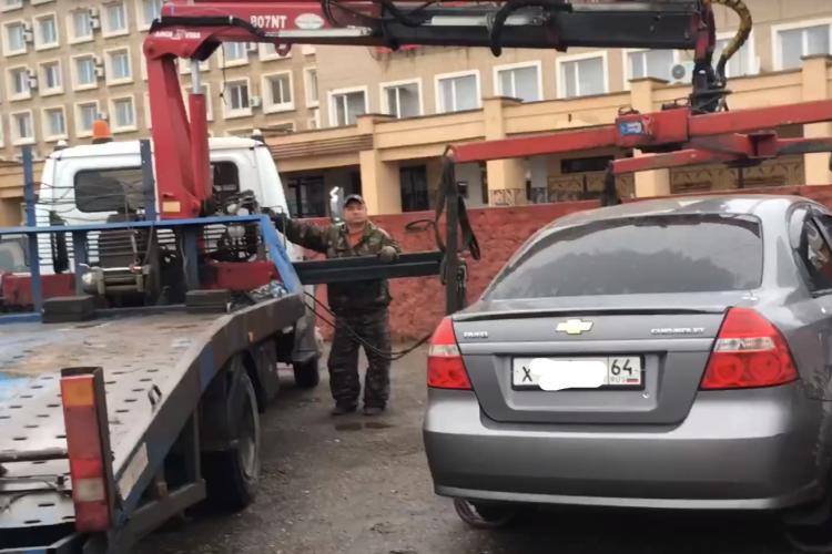 В центре Балакова эвакуируют автомобили с тротуаров. Видео