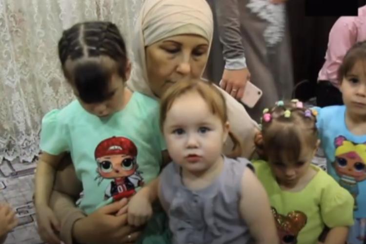 В Башкирии семейная пара усыновила 13 приемных детей. Видео