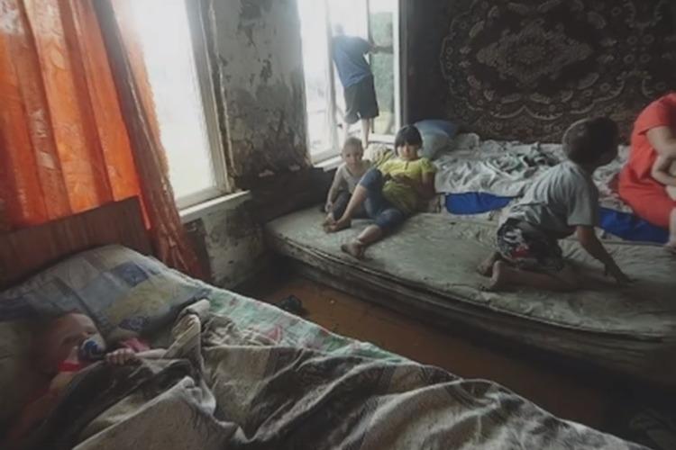 Мать восьмерых детей обвиняют в поджоге собственного дома. Видео