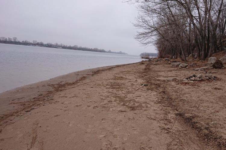 Житель Балакова в одиночку очистил пляж от мусора