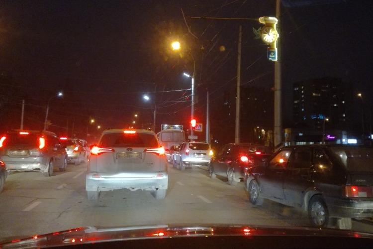 """Новый режим работы светофора у """"Романтика"""" создал водителям большие неприятности"""