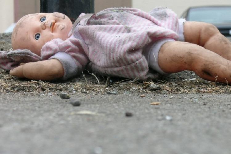 Пьяная сельчанка родила ребенка и выбросила в навоз