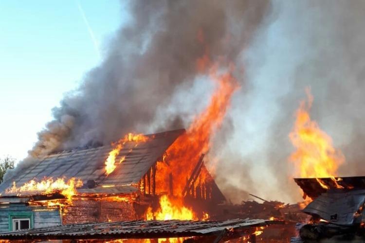 Горящий дом тушили 17 пожарных, но хозяина было не спасти