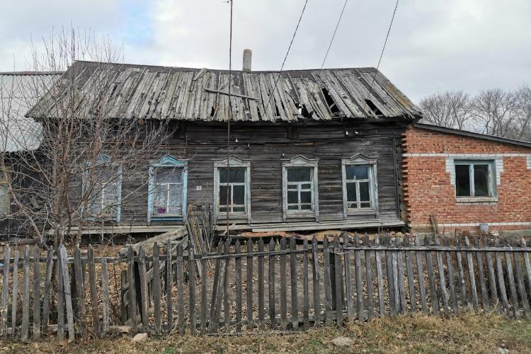 В Балаковском районе ветеран труда терпит бедствие в разваливающемся доме