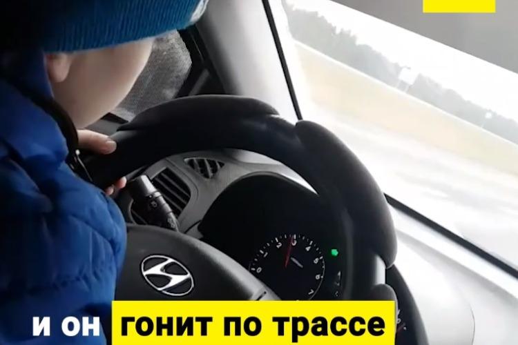Мать посадила 6-летнего ребенка за руль. Видео