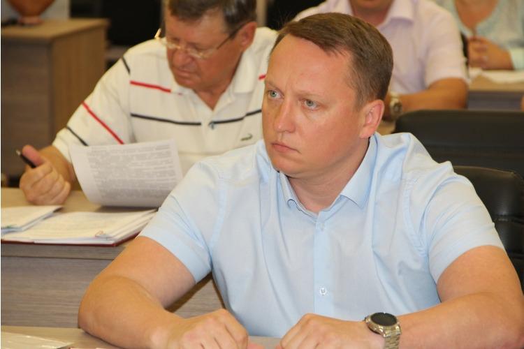 Роман Ирисов: Если депутаты-коммунисты не хотят работать, не отказаться ли им от зарплаты?