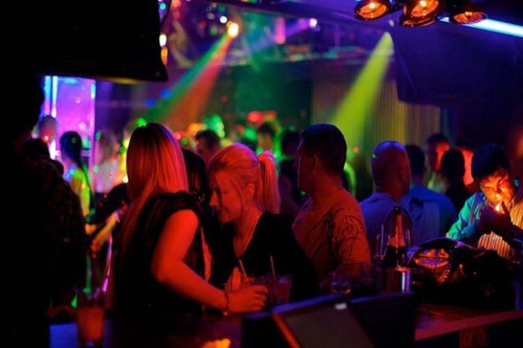 В ночном клубе девушка лишилась дорогого гаджета