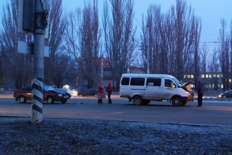Газель догнала маршрутку с людьми, на трассе пободались три фуры