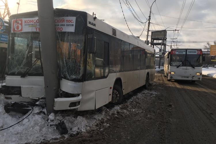 Автобус врезался в столб. Пострадало 15 человек