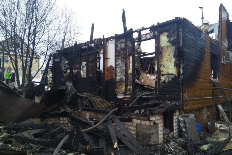 Мужчина вытащил из огня близких и погиб, спасая дом от пожара