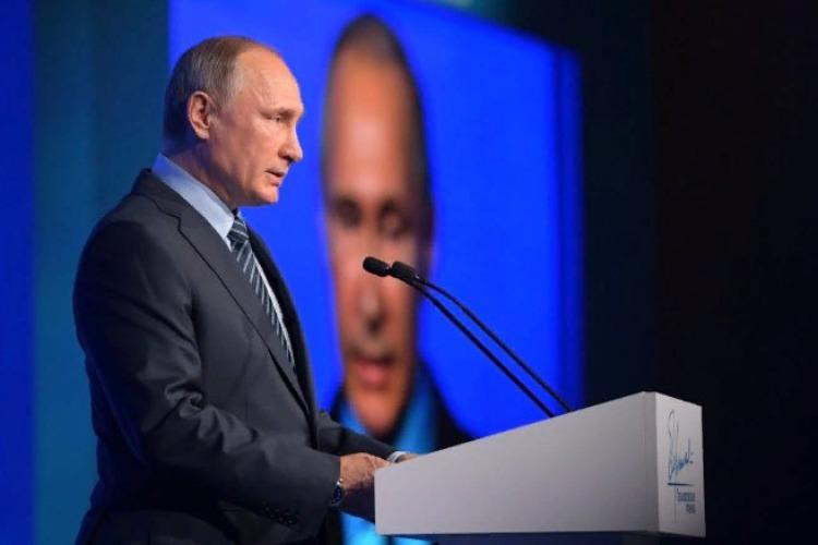 Лидер нации в своем Послании делает акцент на уровне доходов россиян. Прямая трансляция из Манежа