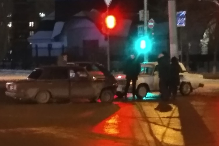 """""""Битва тазов"""": в Балакове не поделили дорогу два Жигуля"""