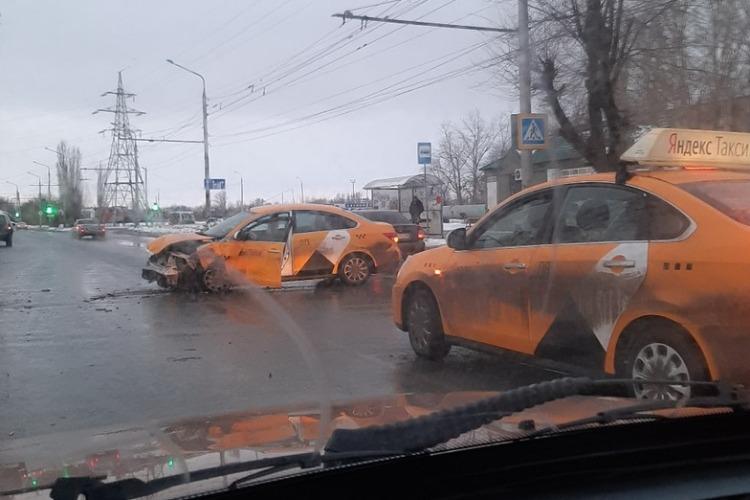 На Саратовском шоссе Яндекс.Такси столкнулся с Нивой