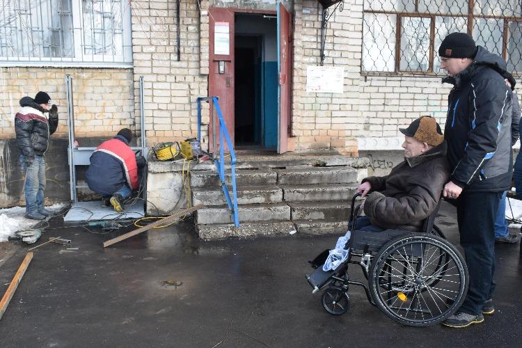 """Балаковский филиал АО """"Апатит"""" и партия власти помогли с пандусом инвалиду первой группы"""
