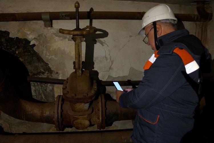 Энергетики приступили к проверке теплосетей в подвалах домов