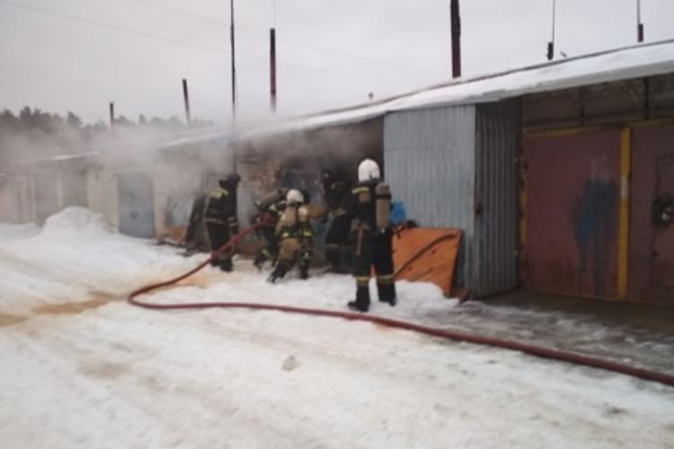 7 пожарных тушили загоревшийся накануне гараж