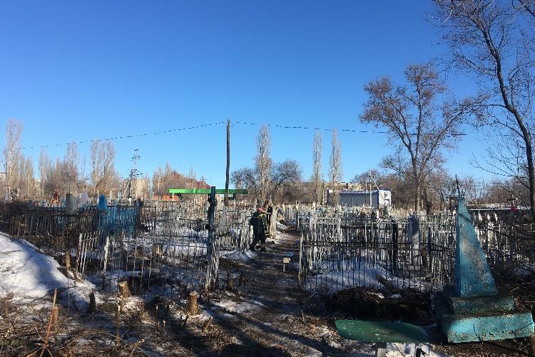 Комбинат благоустройства продолжает уборку на старом кладбище в Жилгородке