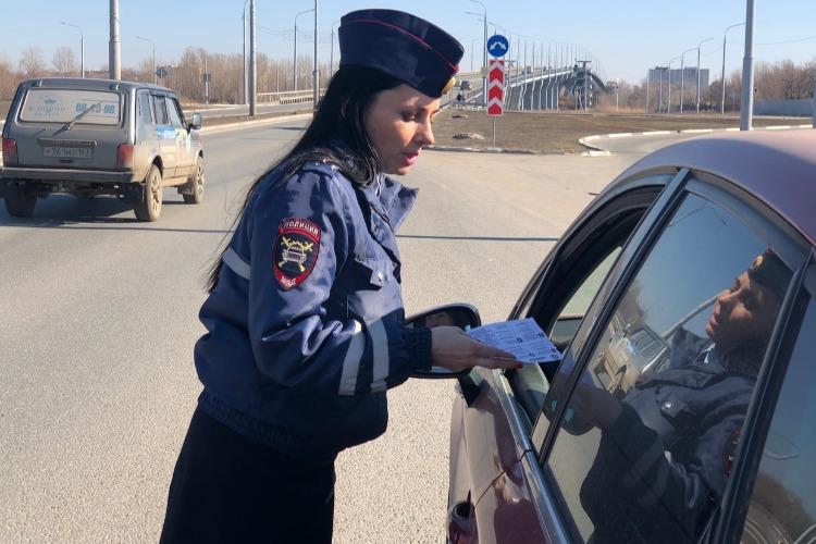 Инспекторы ДПС рассказали водителям об уловках мошенников