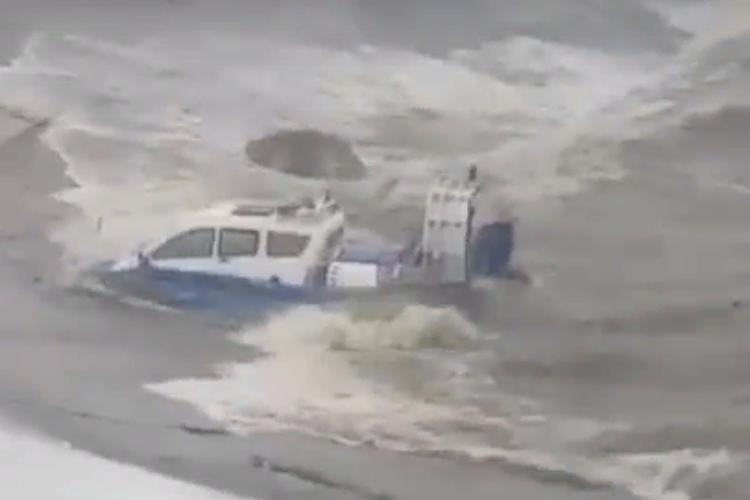 У плотины Саратовской ГЭС буран уничтожил катер на воздушной подушке