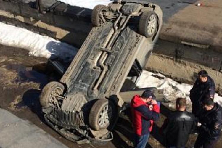 В гаражном кооперативе при загадочных обстоятельствах перевернулся автомобиль