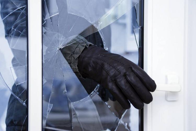 Отсидевший 13 лет мужчина проник в чужую квартиру ради кражи телефона