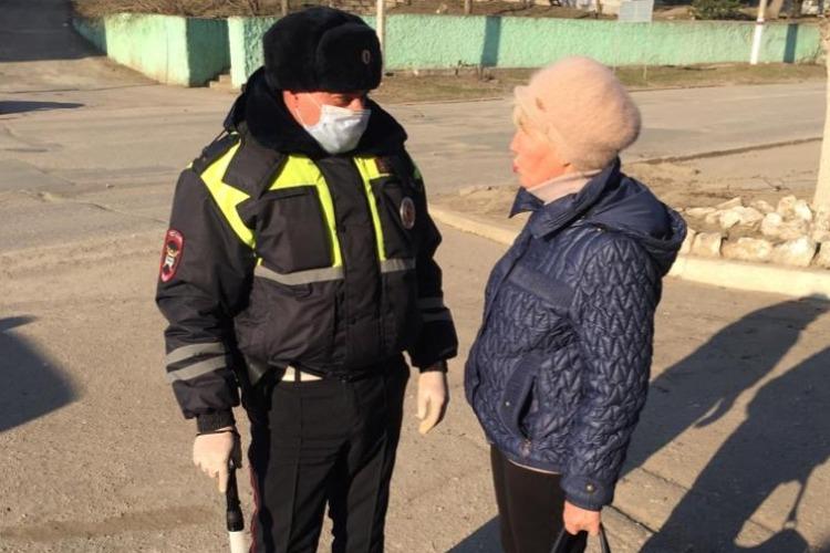 Инспекторы ГИБДД проводят беседы о самоизоляции с пешеходами и водителями
