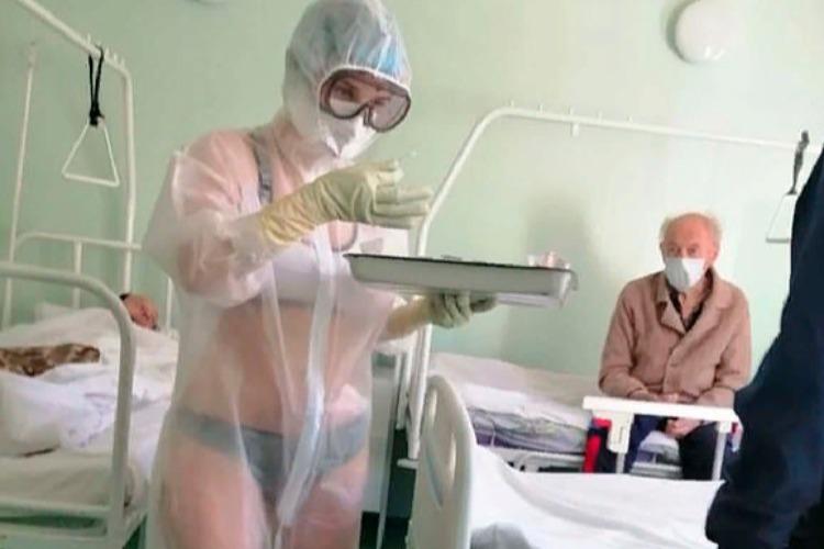 Медсестру в прозрачной униформе поддержали и позвали в модели